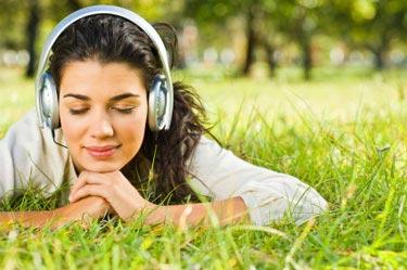 نتیجه تصویری برای گوش دادن به موسیقی