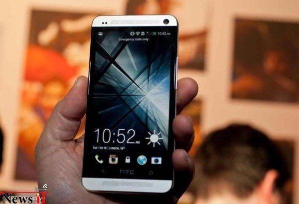 در سال ۲۰۱۳ HTC به این نتیجه رسید که تنوع محصول سیاست صحیحی نیست و تصمیم گرفته تنها یک پرچمدار به عنوان HTC One به بازار بفرستد. موبایلی با بدنه ی فلزی، رابط کاربری به مراتب بهینه شده و البته اپهایی اختصاصی و ویژه. One نیز همانند One X نقد های مثبت زیادی دریافت کرد هر چند در زمینه ی فروش به پای سایر رقبا نرسید. کمی بعد و در همان سال یک نسخه ی کامپکت از این تلفن هوشمند نیز عرضه شد.